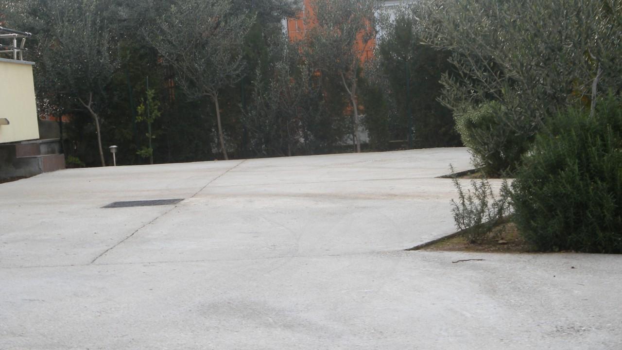 Parking u sklopu privatnog smještaja odnosno apartmana